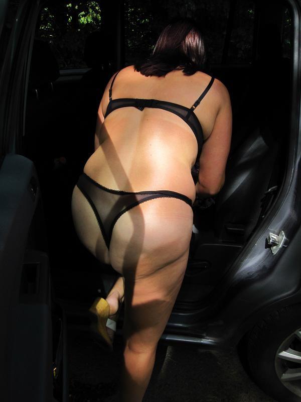 sesso in macchina per moglie infedele